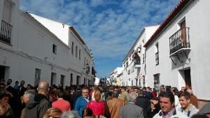 Gran afluencia de personas en las calles en los primeros momentos de la procesión.