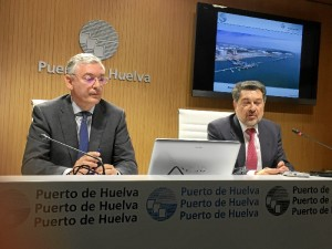 El presidente de la Autoridad Portuaria de Huelva, Javier Barrero, y el director de la Autoridad Portuaria de Huelva, Ignacio Álvarez-Ossorio, durante una rueda de prensa.