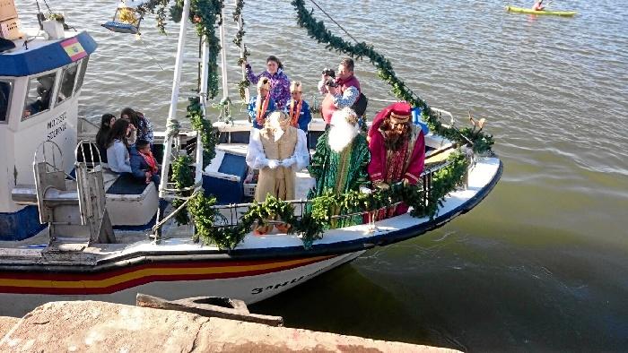 Sus Majestades, Melchor, Gaspar y Baltasar llegaban puntuales al puerto isleño a bordo del pesquero de Modesto Estévez.