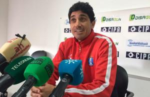 Juan Manuel Pavón, en su primera rueda de prensa una vez confirmada su inscripción como técnico del Decano. / Foto: @recreoficial.