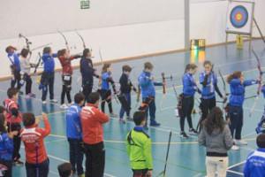 El entrenador del Club Asirio, Agustín Rodríguez, observa a su arqueros en la línea de tiro.
