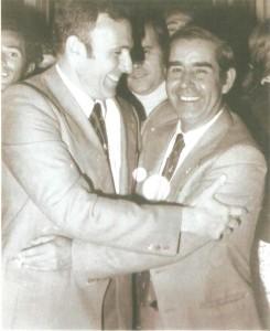 A la derecha, Carmelo Romero Núñez, alcalde de Huelva; A la izquierda, el presidente del Real Club Recreativo de  Huelva, Sr. Martínez Oliva.