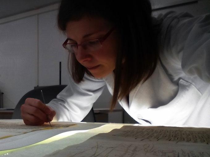 La restauradora María José García Mora, una iliplense en el Archivo y Biblioteca de la Alhambra y Generalife de Granada