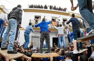 Una de las tradicionales tiradas a San Antonio Abad. / Foto: andalucía.org