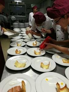 Un grupo de alumnos, confeccionando platos en el centro 'Virgen de Belén'.