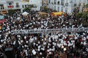 Espectacular vista que muestra lo abarrotado de la Plaza del Cabildo en las celebraciones de ayer tarde.