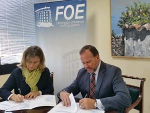 Firma del convenio entre la FOE y la AECC.