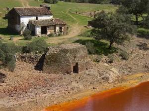 La Joya de Berrocal, un casa de molinero y un molino harinero situados a 4 kilómetros de la casa.