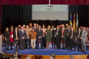Entrega distinciones huelva junta en huelva, foto de familia de las autoridades junto a los premiados