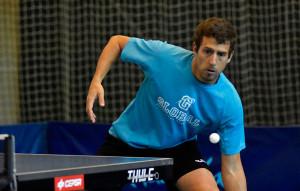 Adrián Robles venció sus tres encuentros, los dos individuales y el dobles. / Foto: J. L. Rúa.