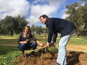Rocío Jiménez y Rubén Gutiérrez plantaron árboles en Bollullos.