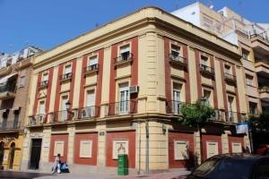 La sede del Colegio de Veterinarios se encuentra la Casa de las Rentas, ubicada en la esquina de las calles Palos de la Frontera y Arcipreste González.