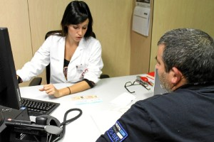 Piedra alaba la profesionalidad de los trabajadores sociales onubenses. / Foto: vinaloposalud.com