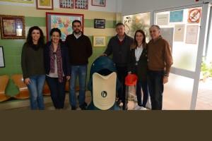 Han repartido contenedores entre los centros escolares para promover el reciclaje.