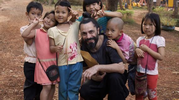 Niños de Tailandia avanzan en su integración gracias a la técnica del pintor Emilio Fornieles