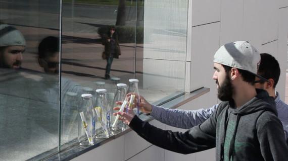 Una marea de botellas con mensaje inunda varios puntos emblemáticos de Huelva