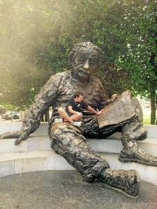 El investigador, con la estatua de Einstein en Washington.