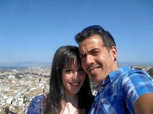 Rubén, con su pareja, Alba, en Granada.