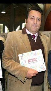 Paco Núñez sostiene un ejemplar del libro ''.