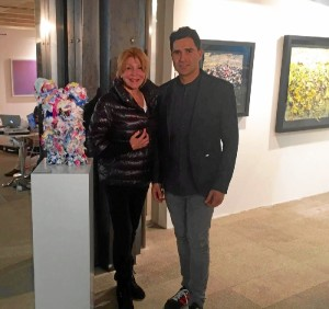 El artista onubense, Ismael Lagares, junto a Carmen Cervera y la pieza adquirida por la coleccionista de arte.
