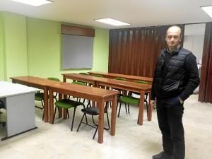 El presidente del Coitand muestra la sala de formación del Colegio, que suele contar con una gran actividad.