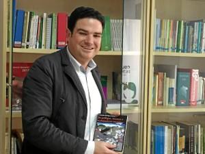 Julio, con una de las últimas adquisiciones de la Biblioteca.