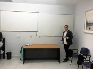La formación es una de las claves en las actividades desarrolladas por el Colegio. / En la imagen, el presidente en la Sala de Formación de la sede del centro.