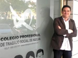 Julio Piedra, en la fachada de la nueva sede.