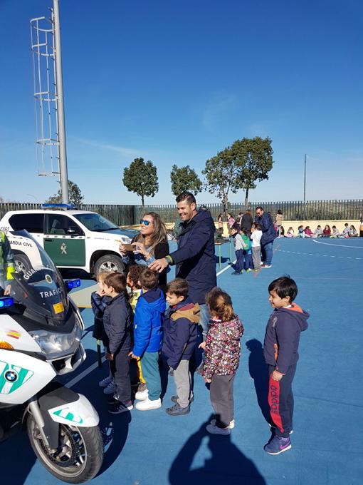 Alumnos del CEIP 'Virgen del Carmen' participan en una exhibición de la Guardia Civil