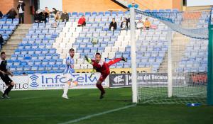Momento del gol del Recre, obra de Iván Aguilar. / Foto: Pablo Sayago.