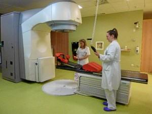 En la imagen, profesionales preparan el acelerador lineal de electrones para dar radioterapia a un paciente.