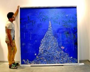 Lagares es en la actualidad uno  de los artistas onubenses con mayor proyección nacional e internacional.  En la imagen, junto al trabajo 'Paradise'.