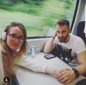 Belén con su pareja camino a Brighton.