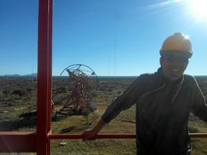El investigador, subido a uno de los telescopios HESS (High Energy Stereoscopic System), situados en Namibia.