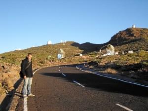 Con los telescopios Magic al fondo, situados en la isla de La Palma.