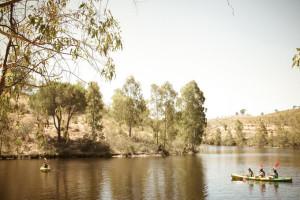El embalse permite la práctica de actividades acuáticas.