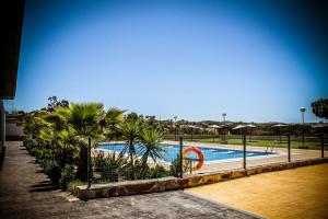 La piscina está abierta durante la época de verano.