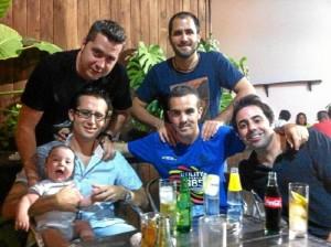 Con sus amigos de Punta Umbría en El Mandrágora.