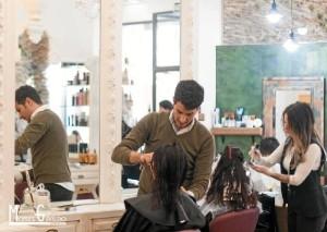 El trato cercano y directa a sus clientes define la labor diaria del estilista.