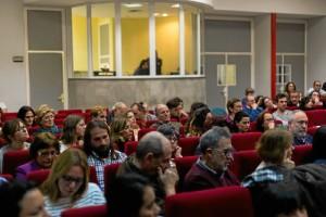 El público abarrotó la sala durante la presentación.
