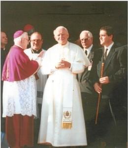 De izquierda. a derecha: el Obispo de Huelva, don Diego Capado y S. S. el Papa. (Foto cedida por don Diego Capado).