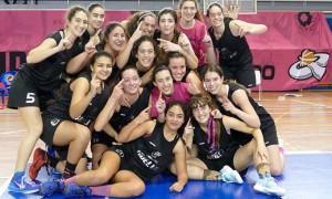 El equipo conquerista celebra en la cancha su triunfo en el Provincial. / Foto: www.andaluzabaloncesto.org/huelva/.
