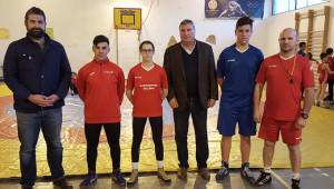Los componentes del Club de Lucha El Campeón que viajan a Pontevedra recibieron la visita del alcalde de Cartaya, Juan Miguel Polo, y del concejal de Deportes, Manuel Barroso.