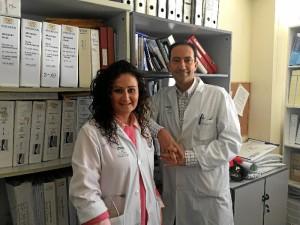 La Dra. Aviñó, junto al Dr. Juan Bayo, jefe de Oncología del Complejo Hospitalario de Huelva.
