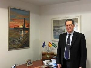 Alfonso Rubio, en su despacho, junto a obras pictóricas de artistas onubenses, como sucede con Alfonso Aramburu.
