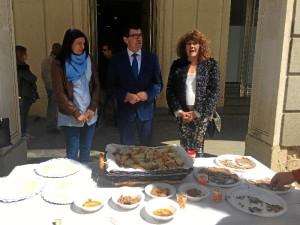 Tras la presentación se ofrecieron productos típicos del Andévalo a los viandantes que pasaban por la puerta de la Diputación.