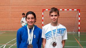 Lucía Leal y Andrés Nuviala con las medallas obtenidas en Granada.