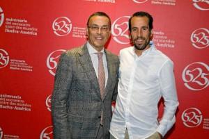 El presidente de la Diputación de Huelva, Ignacio Caraballo, con el bicampeón del mundo de duatlón, Emilio Martín.