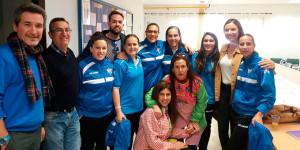 Un momento de una de las visitas de las jugadoras del Sporting a los colegios de Huelva.