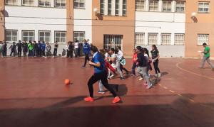 Un minipartidillo informal jugaron las sportinguistas con los alumnos y alumnas de los colegios.